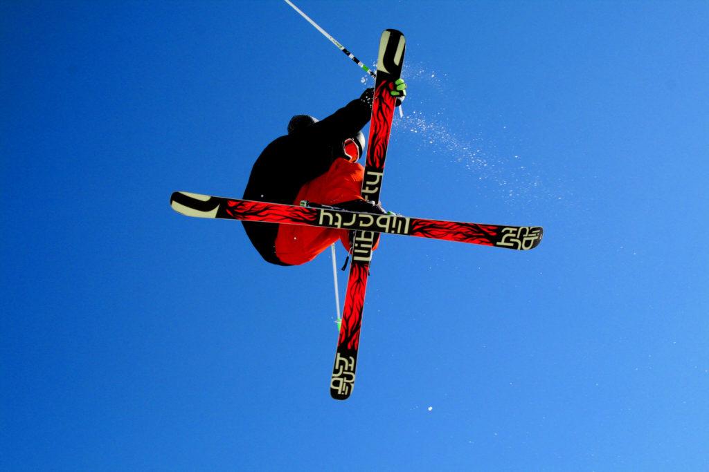 スキージャンプしている写真